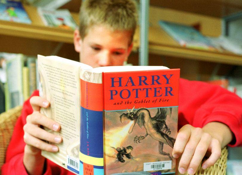 αγόρι διαβάζει Harry Potter