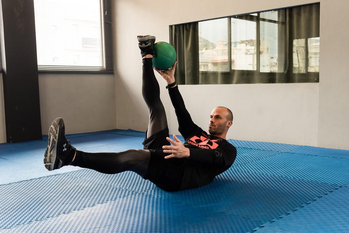 Βαγγέλης Πολυμερόπουλος ασκήσεις με μπάλα κοιλιακούς
