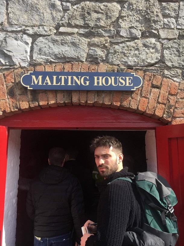 O Κωνσταντίνος λίγο πριν μπει στο Malting House του Jameson