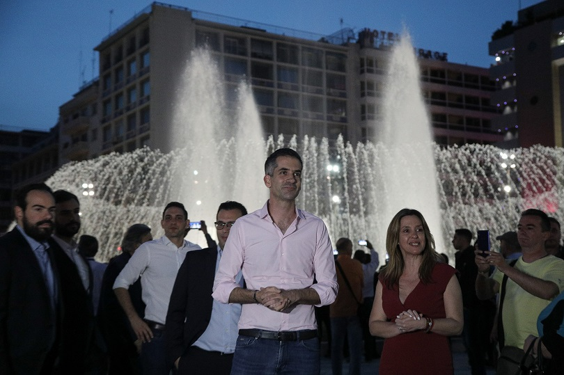 Ο Μπακογιάννης στα εγκαίνιας της πλατείας Ομονοίας.