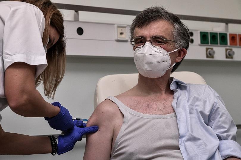 Ο Σωτήρης Τσιόδρας εμβολιάζεται.