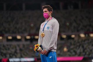 Ο Μίλτος Τεντόγλου φόρεσε ροζ μάσκα για έναν πολύ σοβαρό λόγο