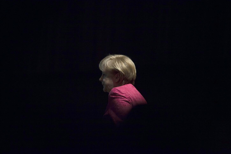 Η Angela Merkel φτάνει στο πόντιουμ μίας ομιλίας της.