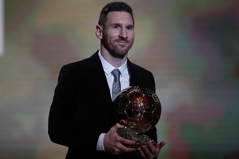 O Lionel Messi με τη Χρυσή Μπάλα στα χέρια.