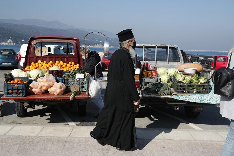 Ιερέας με μάσκα κατά το lockdown στην Ελλάδα.