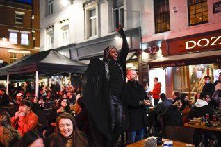 Φωτογραφίες από τα ανοιχτά μπαρ στη Μεγάλη Βρετανία