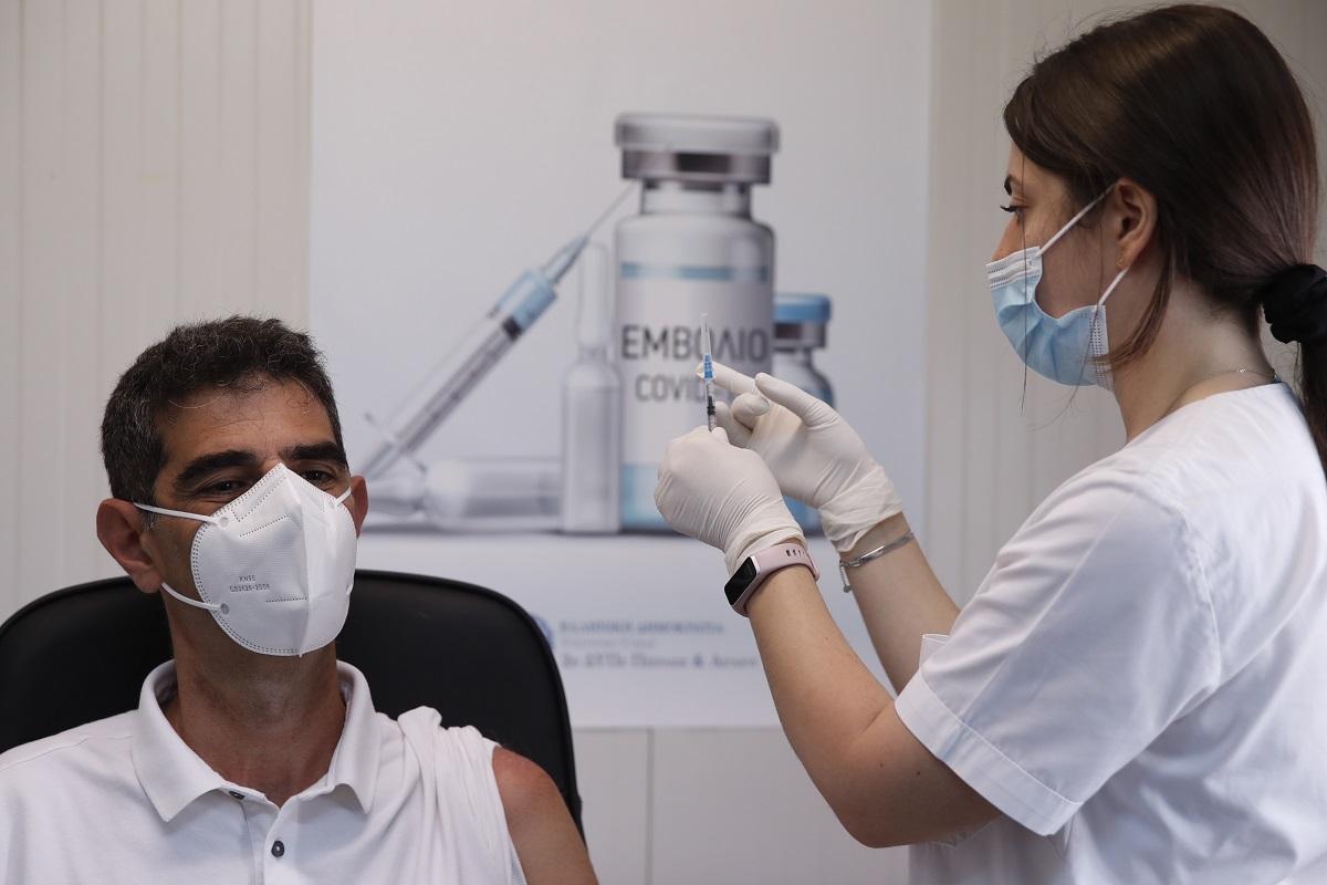 Διαδικασία εμβολιασμού σε ειδικό κέντρο.