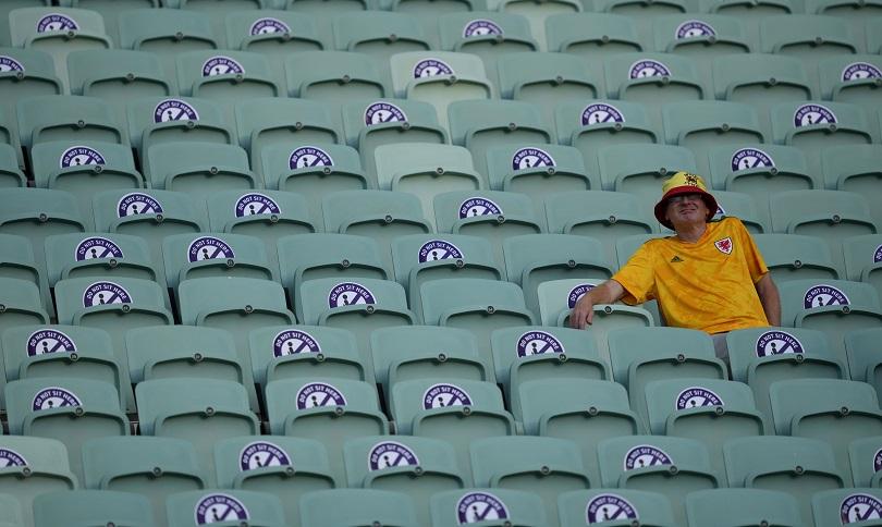 Oπαδός της Σουηδίας περιμένει την έναρξη του ματς.