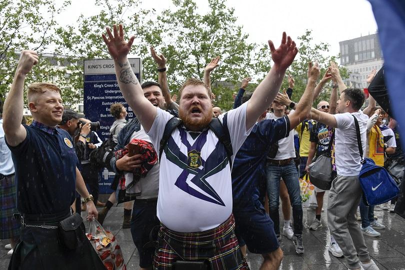 Οπαδοί ης Σκωτίας πανηγυρίζουν στο Euro.