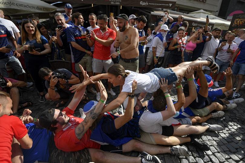 Οπαδοί της Γαλλίας πανηγυρίζουν.