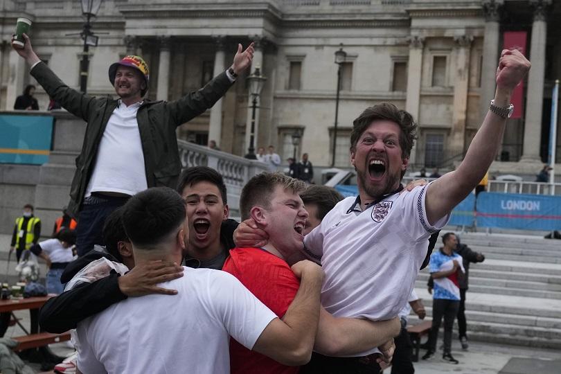 Άγγλοι οπαδοί πανηγυρίζουν την πρόκριση της εθνικής τους.