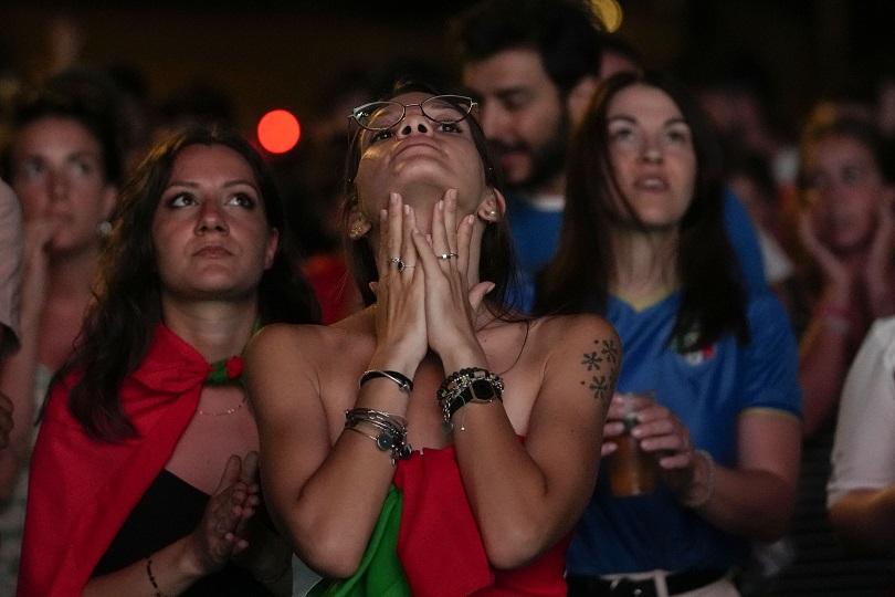Ιταλοί οπαδοί μπροστά σε γιγαντοοθόνη.