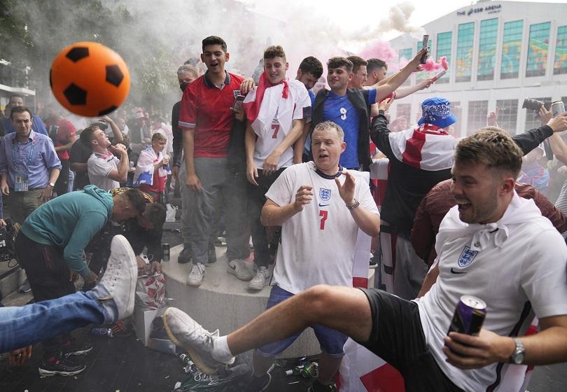 Άγγλοι οπαδοί πανηγυρίζουν για το ματς.