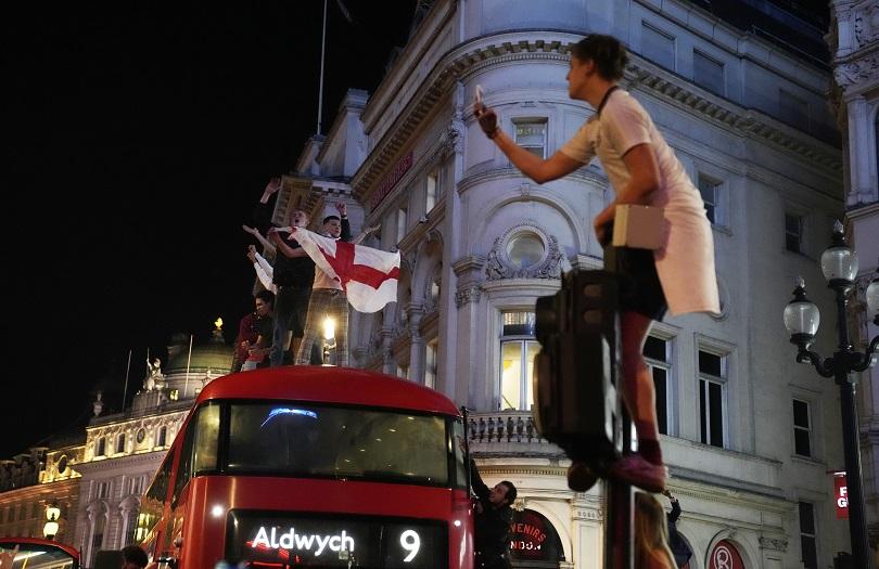 Η Αγγλία πέρασε και στο Λονδίνο πανηγυρίζουν.