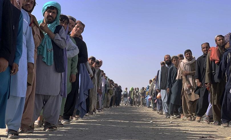 Αφγανοι περιμένουν να περάσουν από τα σύνορα του Πακιστάν.