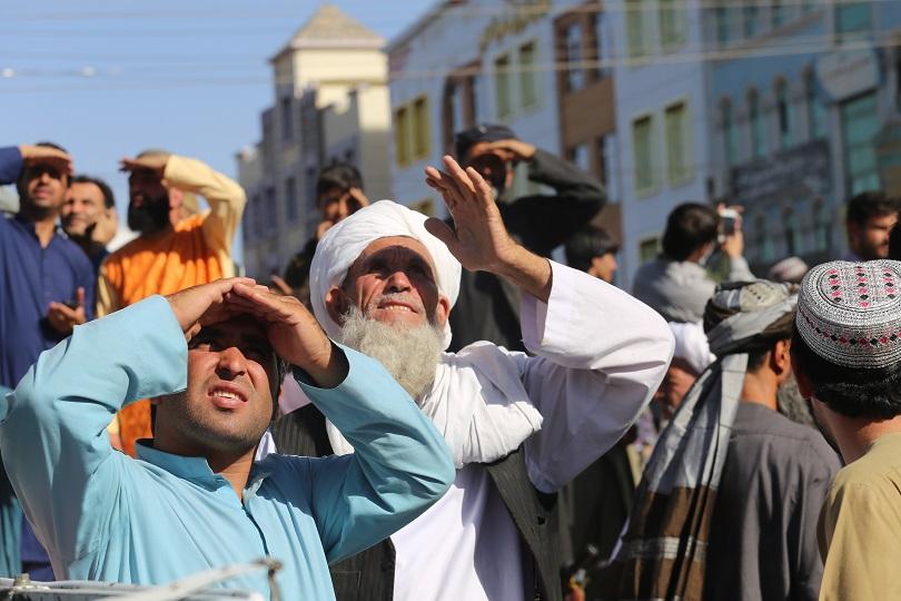 Κοιτούν το νεκρό σώμα ενός εκτελεσμένου από τους Ταλιμπάν.