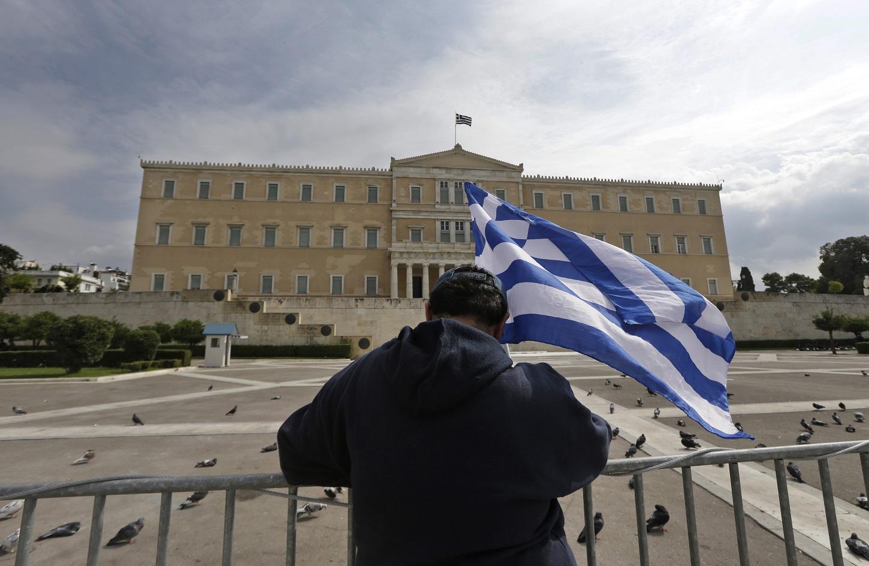 Έλληνας διαδηλωτής μπροστά από το Σύνταγμα