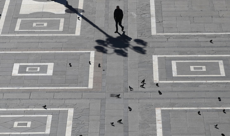 κορονοϊός ιταλία άνδρας περπατάει στην πλατεία Duomo