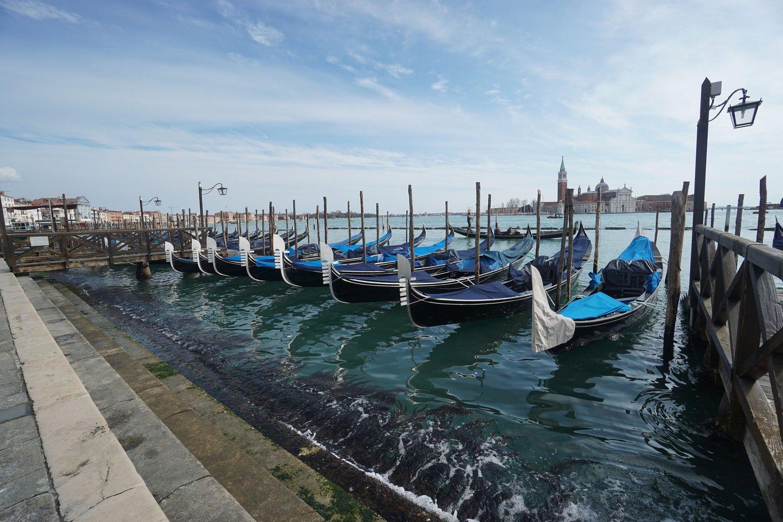 Δεμένες γόνδολες στη Βενετία.