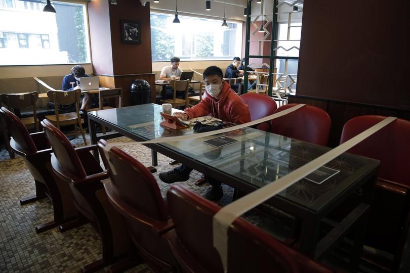 Κορονοϊος: ένα παιδί σε Starbucks του Hong-Kong.