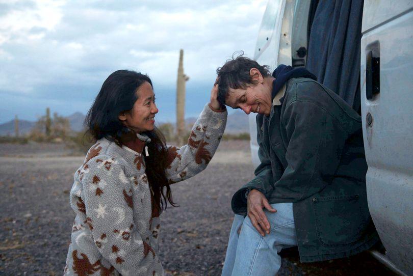 Η Chloe Zhao και η Frances McDormand στο Nomadland