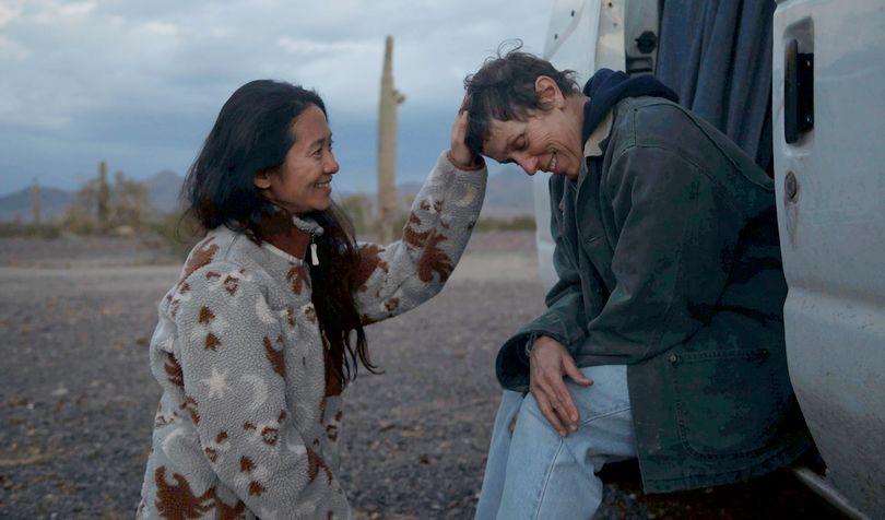 H Η Chloé Zhao με τη Frances McDormand στο υποψήφιο για Όσκαρ Nomadland