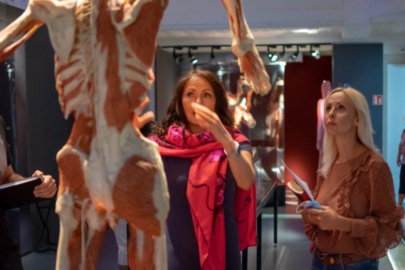 Η Dr. Angelina Whalley και η Βίκυ Κοκκίνη σε μία ξενάγηση της ελληνικής αποστολής στην έκθεση στη Χαϊδελβέργη.