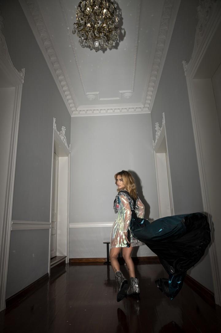 Κόνι Μεταξά, ηθοποιός και τραγουδίστρια. Φωτογραφίζεται στο ξενοδοχείο