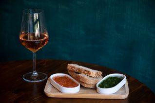 Ξέρουμε πού θα βγεις το Σαββατοκύριακο για κρασί στην Αθήνα