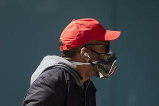 Τελικά, μια δεύτερη μάσκα μας προστατεύει περισσότερο από τον κορονοϊό;
