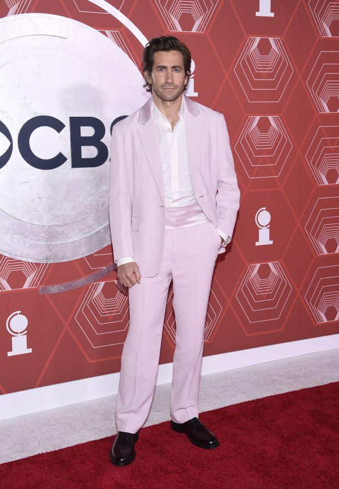 Ο Jake Gyllenhaal φόρεσε ροζ κοστούμι και το coolness του ξεχειλίζει