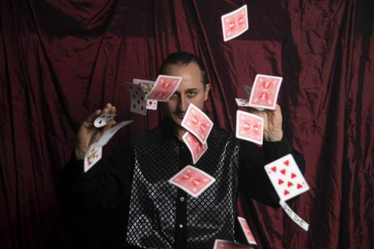 Ο Μάγος Σανκάρα πετάει χαρτιά στον αέρα-κόλπο