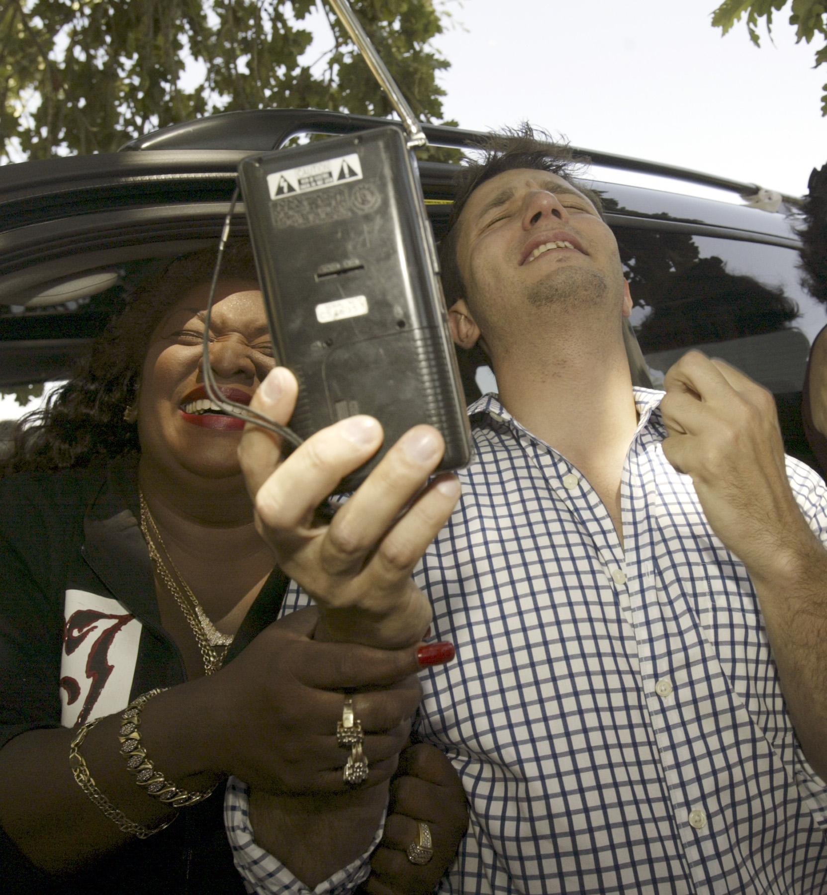 Φαν του Michael Jackson έξω από τη Neverland αντιδρούν στην ανακοίνωση αθώωσης του σταρ.