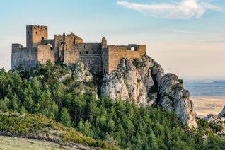 Στο Airbnb νοικιάζουν ένα ολόκληρο κάστρο και θέλουμε να γίνουμε ιππότες του