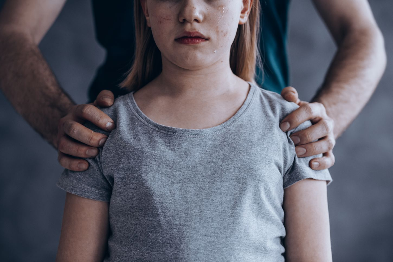 αντρικά χέρια πάνω σε μικρό κορίτσι
