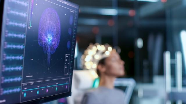 Εγκέφαλος ανθρώπου συνδεδεμένος με καλώδια