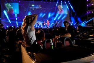 Τι μας δίδαξε η σουρεάλ drive-in συναυλία της Θεοδωρίδου