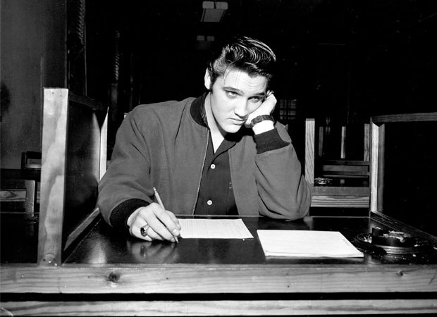 Συμπληρώνοντας το δελτίο για την κατάταξή του στον αμερικανικό στρατό το 1957 (AP Photo)