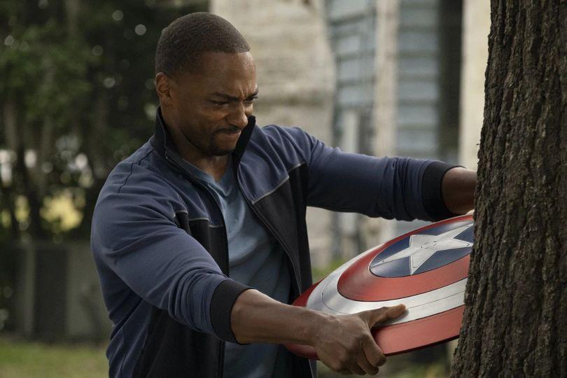 Ο Falcon με την ασπίδα του Captain America