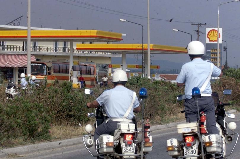 Αστυνομική παρακολουθούν τη λεωφορειοπειρατεία.