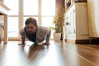 8 ασκήσεις για να κάψεις πολλές θερμίδες από το σαλόνι σου