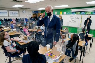 Ο Joe Biden στηρίζει την άρση πατέντας στα εμβόλια και στην Ελλάδα σφυρίζουμε αδιάφορα