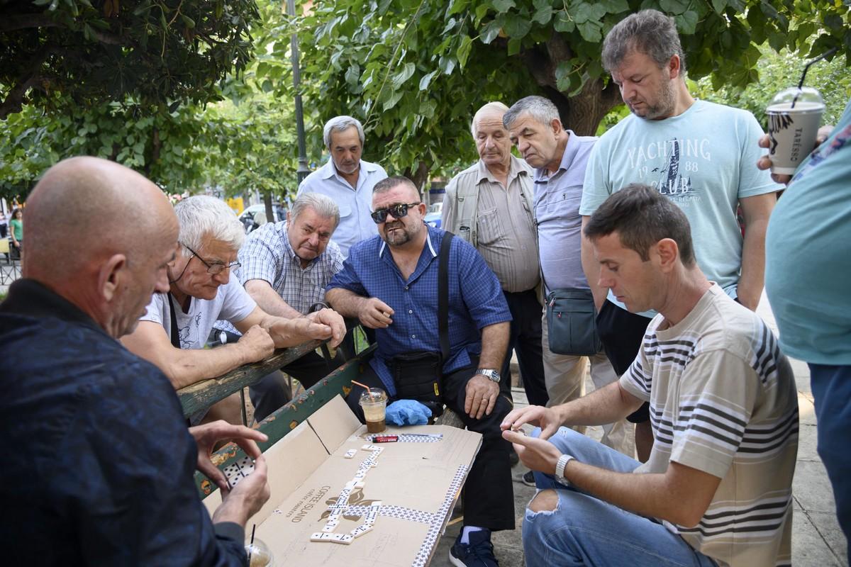 Τα απογεύματα, το ντόμινο είναι το πιο δημοφιλές παιχνίδι στην πλατεία Κανάρη της Κυψέλης.