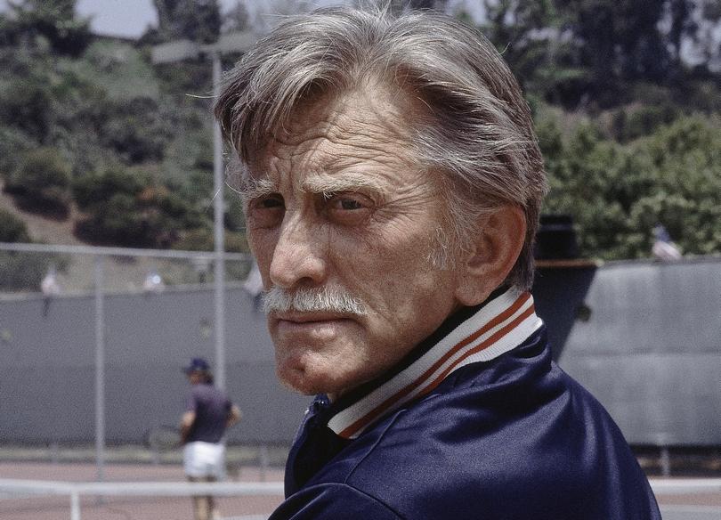Ο Kirk Douglas σε τουρνουά τένις στην Καλιφόρνια.