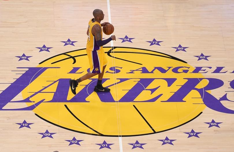 O Kobe Bryant στο κέντρο του γηπέδου