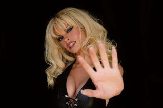 Η ηθοποιός που μπαίνει στα ρούχα της Pamela Anderson