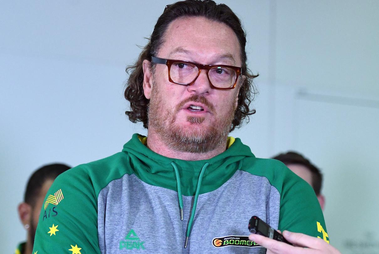 Ο Λουκ Λόνγκλι δίνει συνέντευξη ως προπονητής της Εθνικής Αυστραλίας