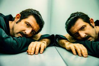 Μιχάλης Οικονόμου, ο ηθοποιός που υπέγραψε σύμφωνο συμβίωσης με τον σύντροφό του, μιλά στο Oneman