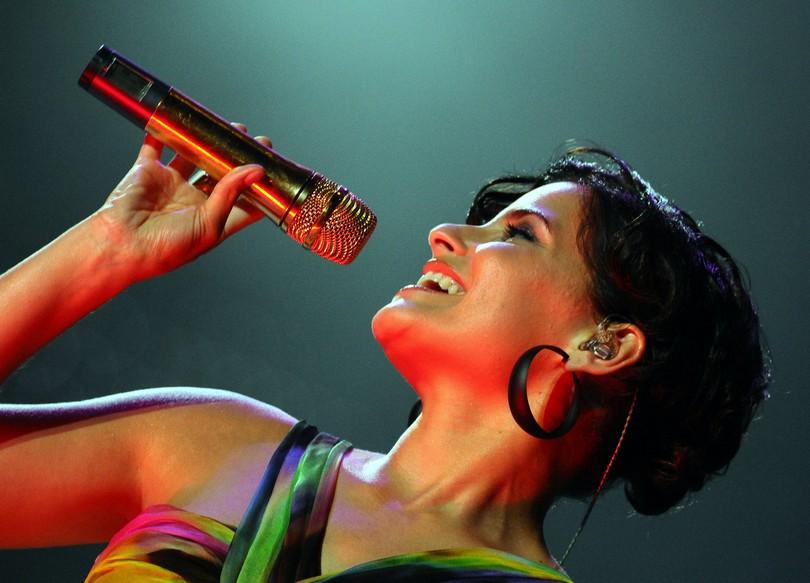"""ARCHIV - Nelly Furtado singt am 11. Juli 2008 bei einem Konzert in Poznan, Polen. Nelly Furtado meldet sich mit neuer Single und neuem spanischsprachrigen Album zurueck. Die Kanadierin legt am 25. September 2009 ihr neues Werk """"Mi Plan"""" vor. (AP Photo/Remigiusz Sikora) -- FILE - Canadian singer Nelly Furtado performs during her concert in Poznan, Poland, Friday, July 11, 2008. (AP Photo/Remigiusz Sikora)"""