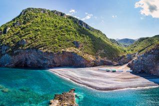 Η κρυμμένη παραλία της Εύβοιας που είναι λες και βρίσκεται μέσα σε κρατήρα
